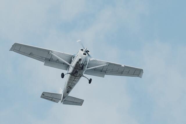 青空を飛ぶプロペラ機
