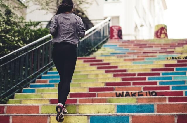 階段を走っている女性