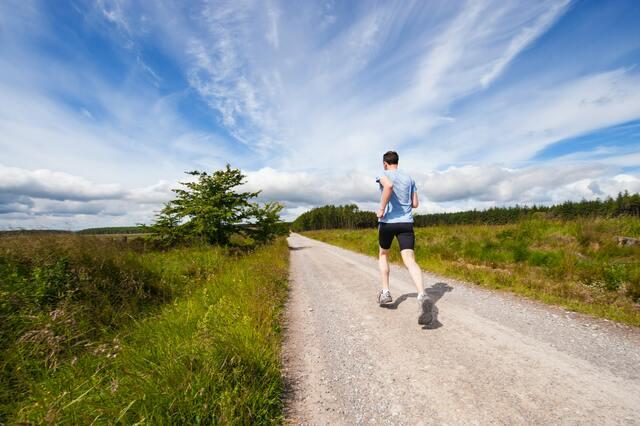 一本道を走っている男性