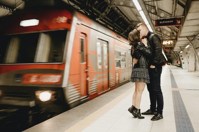 電車のホームで恋人同士がキスしている