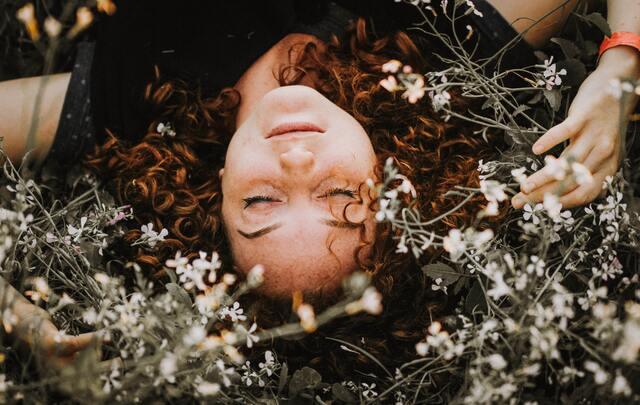 花畑で寝ている女性
