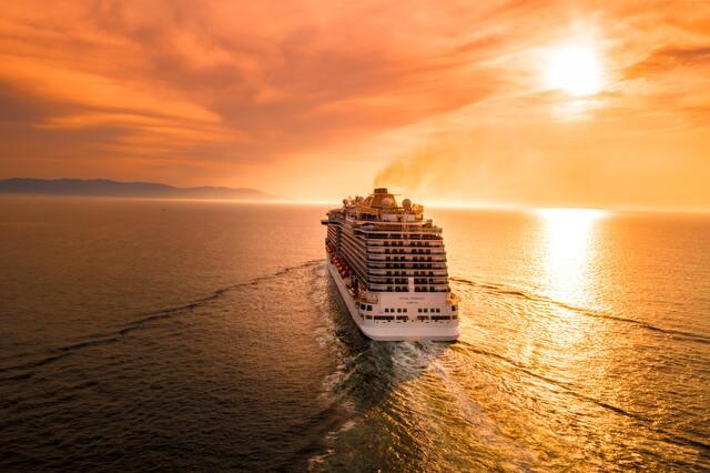 夕焼けの綺麗な海を航海する船