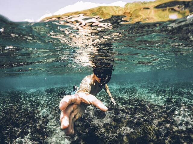 海に潜っている男性