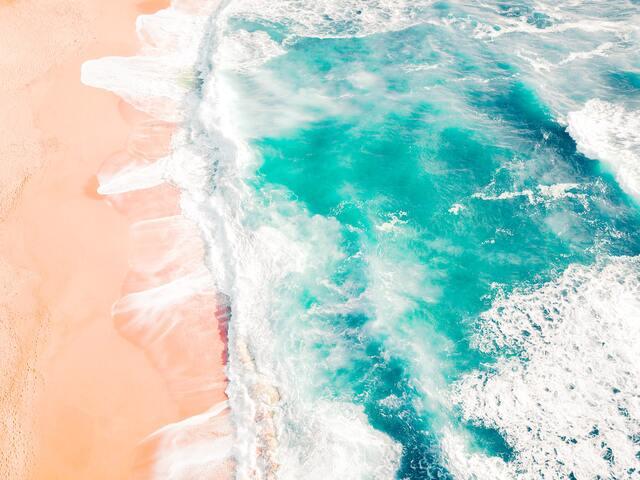 白波立つエメラルドグリーンの海