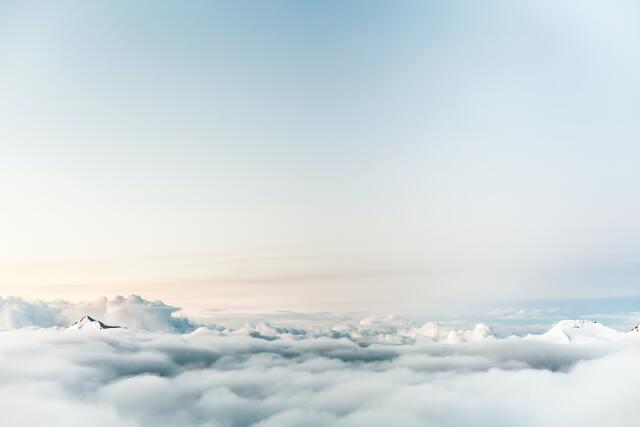 【開運夢占い】空を飛ぶ夢夢に隠されたスピリチュアルな意味とは?